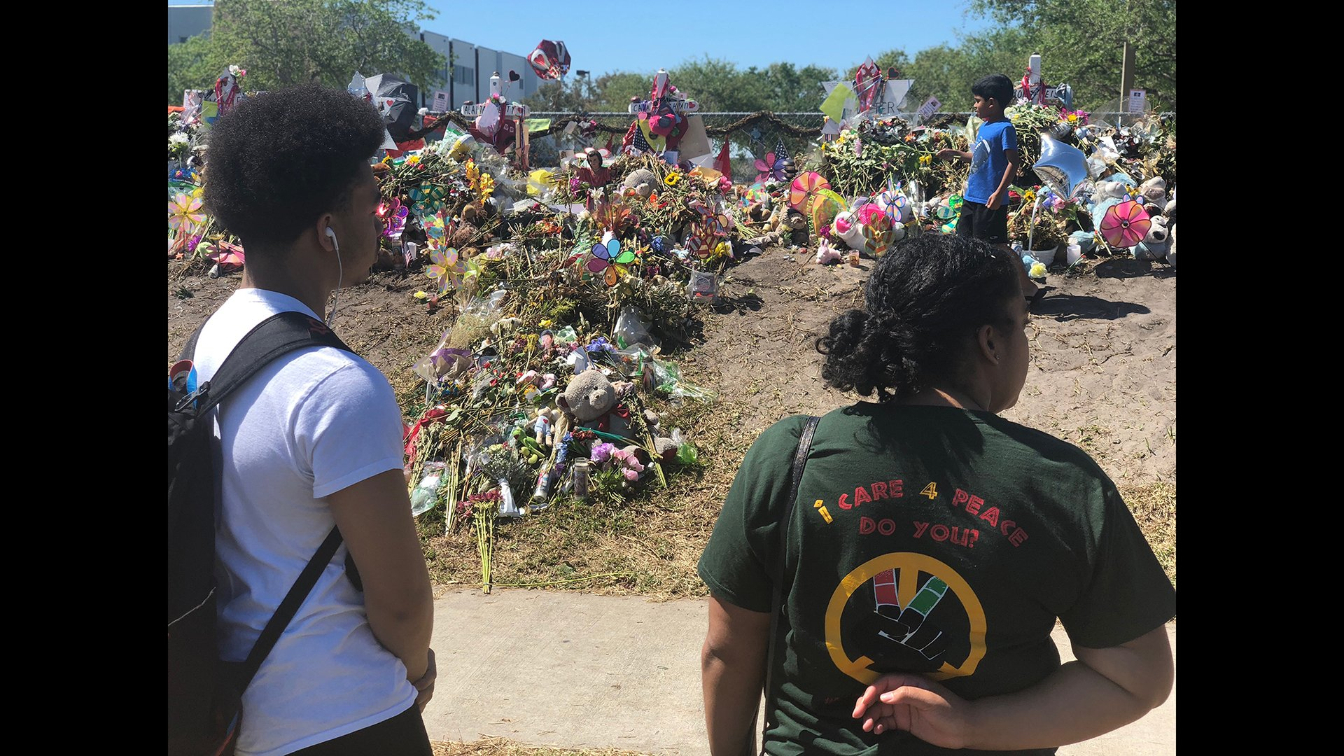 Chicago teens Vashon Edmondson, left, and Trinity Cole-Reid look on at a Marjory Stoneman Douglas High School shooting memorial in Parkland, Florida on March 3. (Photo courtesy Lamar Johnson)