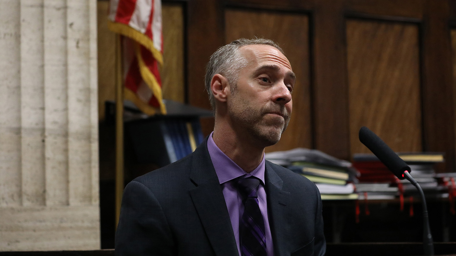 Witness Bryan Edelman, a trial consultant hired by the defense to conduct change-of-venue polls, answers questions at a hearing in the Jason Van Dyke case at Leighton Criminal Court in Chicago on April 18, 2018. (Nancy Stone / Chicago Tribune / Pool)
