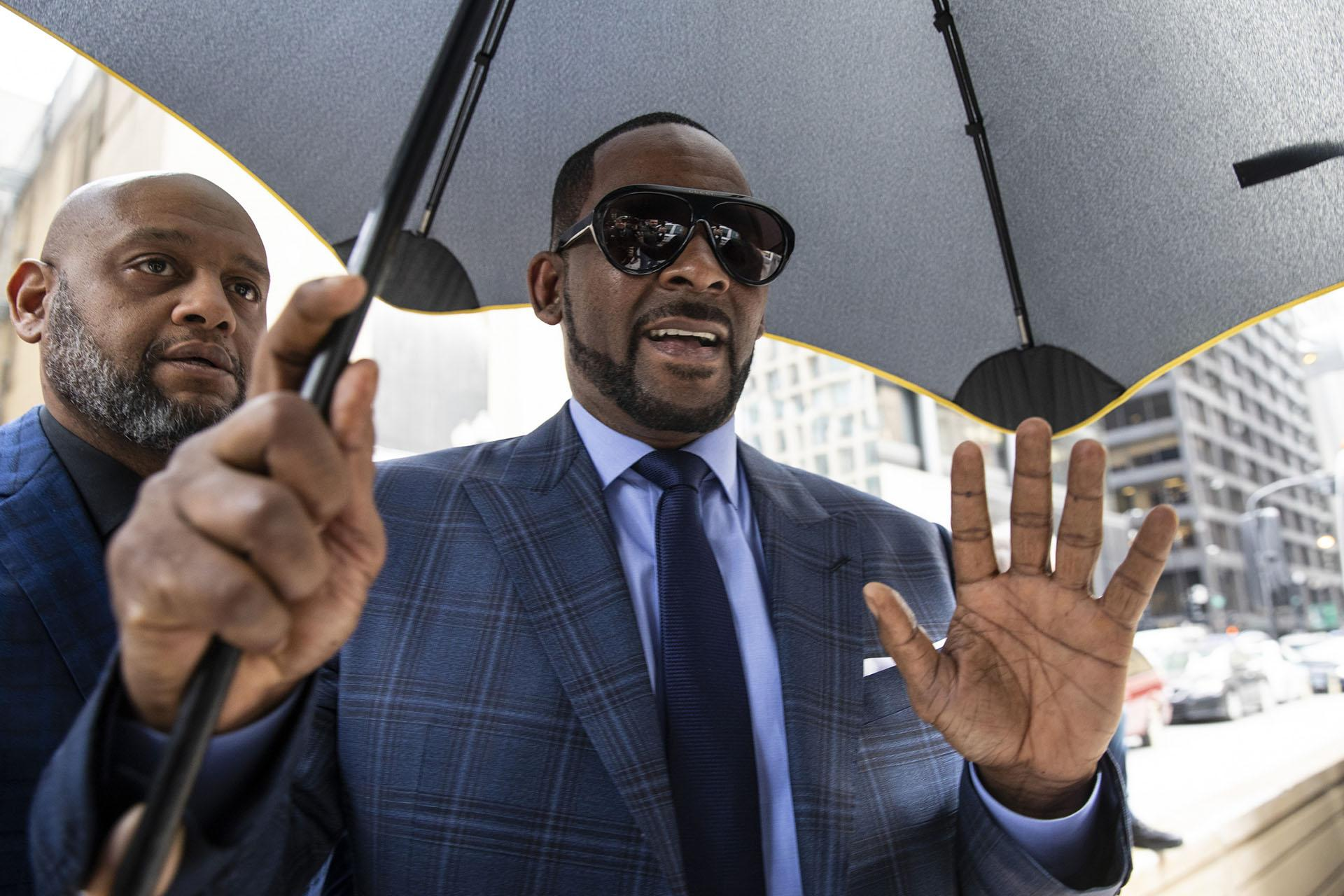 R. Kelly arrives at the Daley Center for a hearing in his child support case on Wednesday, March 6, 2019. (Ashlee Rezin / Chicago Sun-Times via AP)