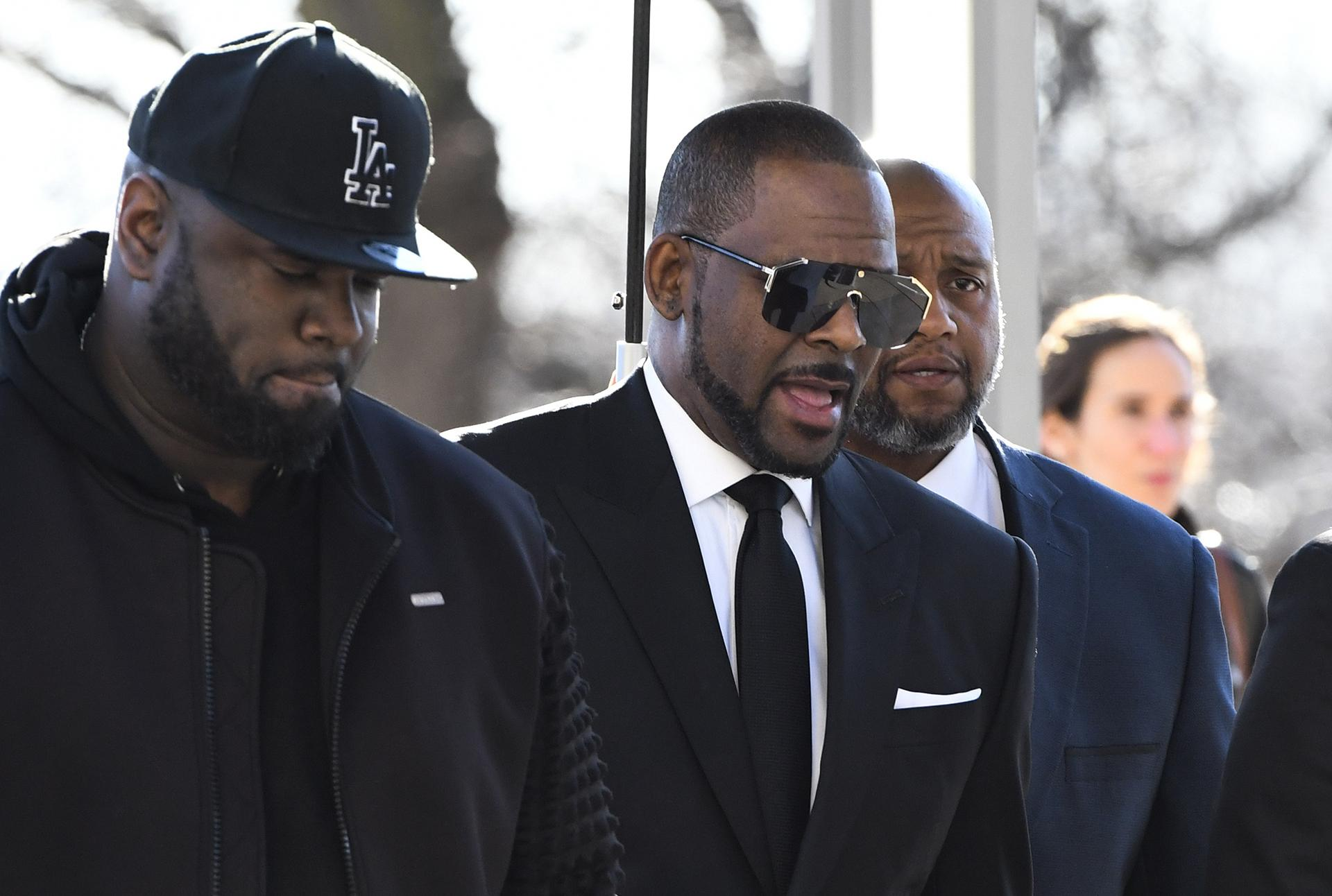 R. Kelly, right, arrives at the Leighton Criminal Court for a hearing on Friday, March 22, 2019, in Chicago. (AP Photo / Matt Marton)