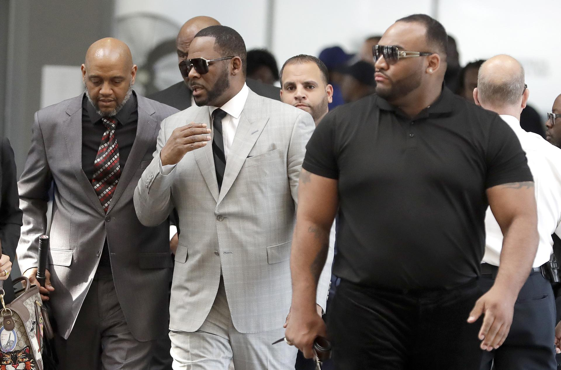 Musician R. Kelly, center, arrives at the Leighton Criminal Court building for an arraignment on new sex-related felonies Thursday, June 6, 2019, in Chicago. (AP Photo / Charles Rex Arbogast)