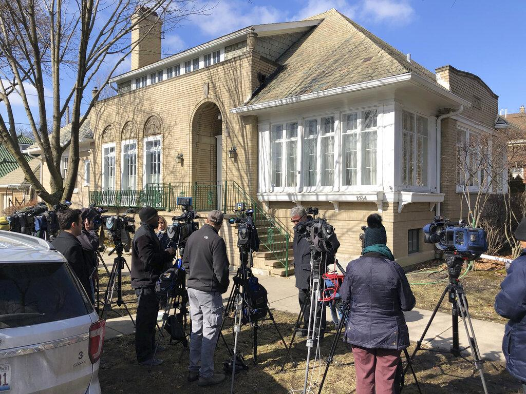 Journalists gather in front of the home of Patti Blagojevich, wife of former Illinois Gov. Rod Blagojevich, in the Ravenswood neighborhood of Chicago Tuesday, Feb. 18, 2020. (AP Photo / Charles Rex Arbogast)