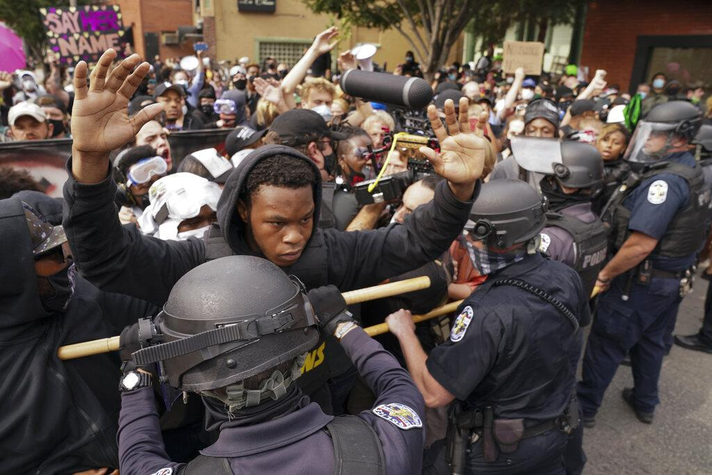 Police and protesters converge during a demonstration, Wednesday, Sept. 23, 2020, in Louisville, Ky. (AP Photo / John Minchillo)