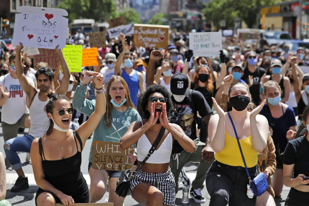 Protesters march through the streets of Manhattan, New York, Sunday, June 7, 2020. (AP Photo / Seth Wenig)