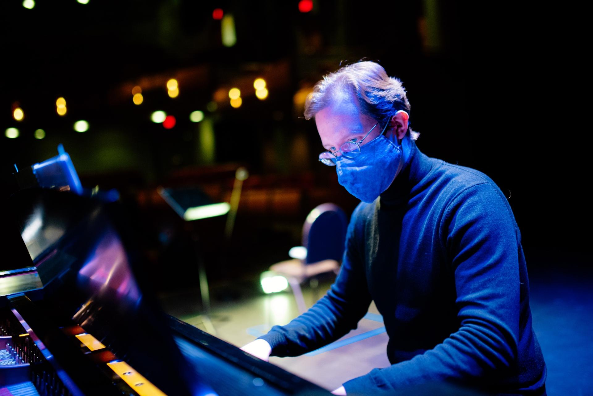 "Pianist Michael Pecak in ""Rimsky Rebooted."" (Credit: Sean Su for Chicago Opera Theater)"