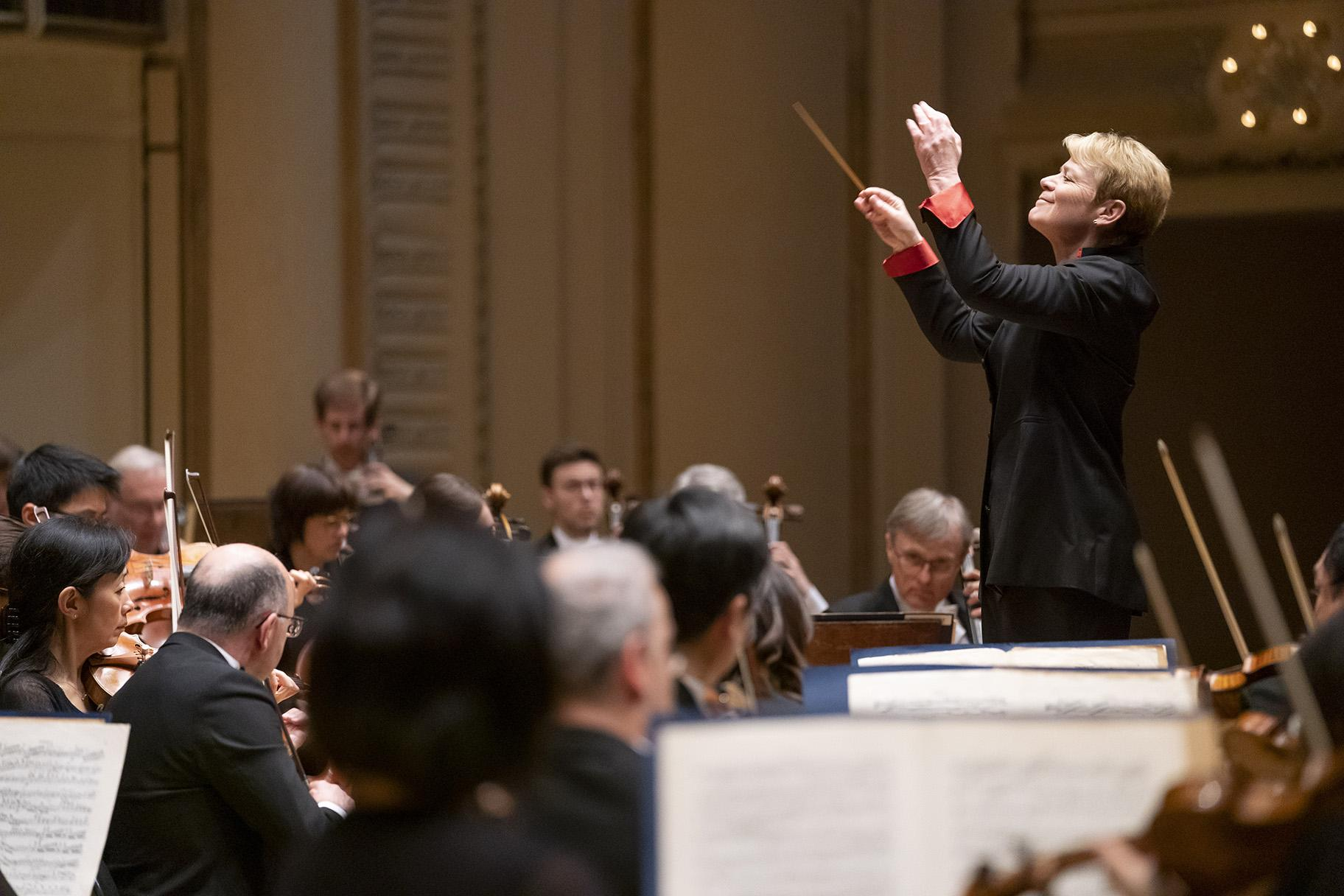 "Conductor Marin Alsop leads the Chicago Symphony Orchestra in Brahms's ""Academic Festival"" Overture. (© Todd Rosenberg)"