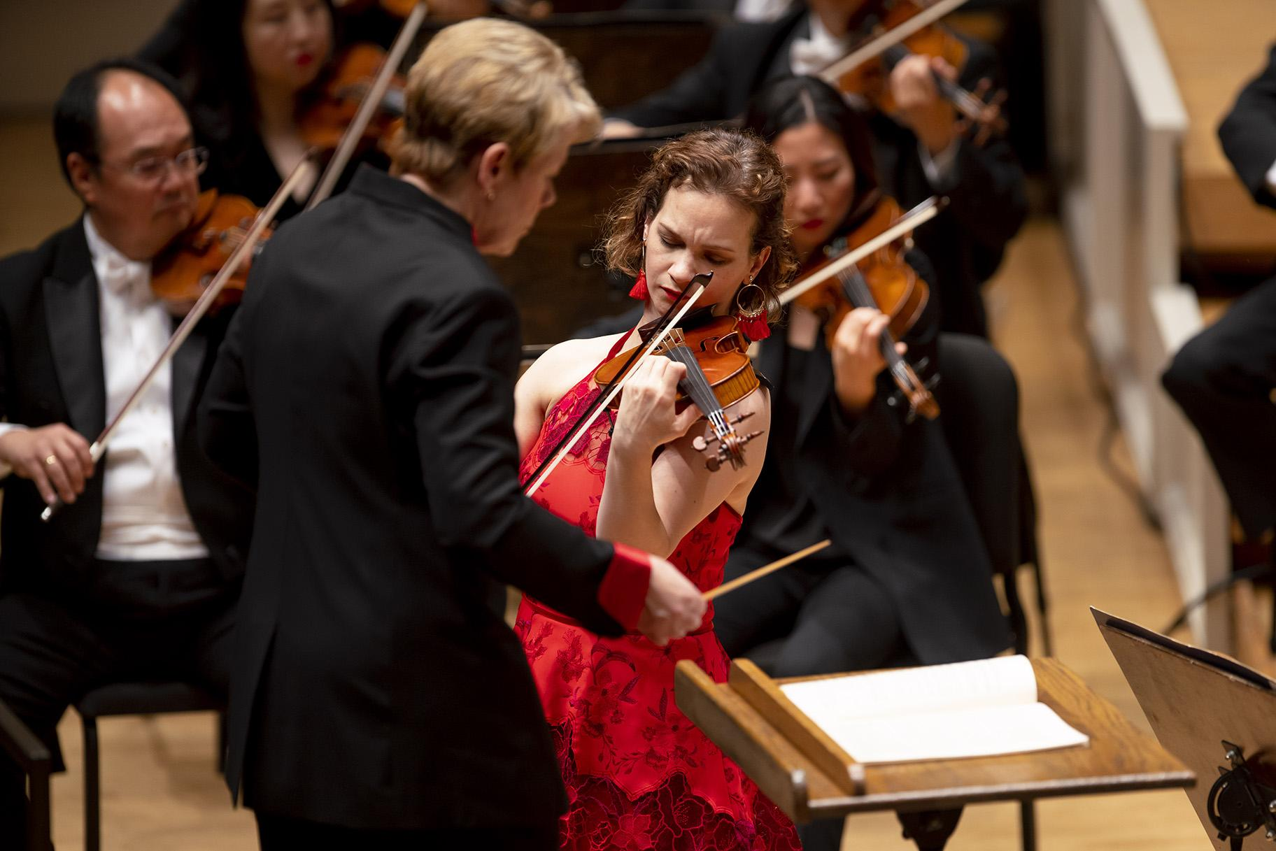 Hilary Hahn is soloist in Sibelius's Violin Concerto with conductor Marin Alsop and the CSO. (© Todd Rosenberg)