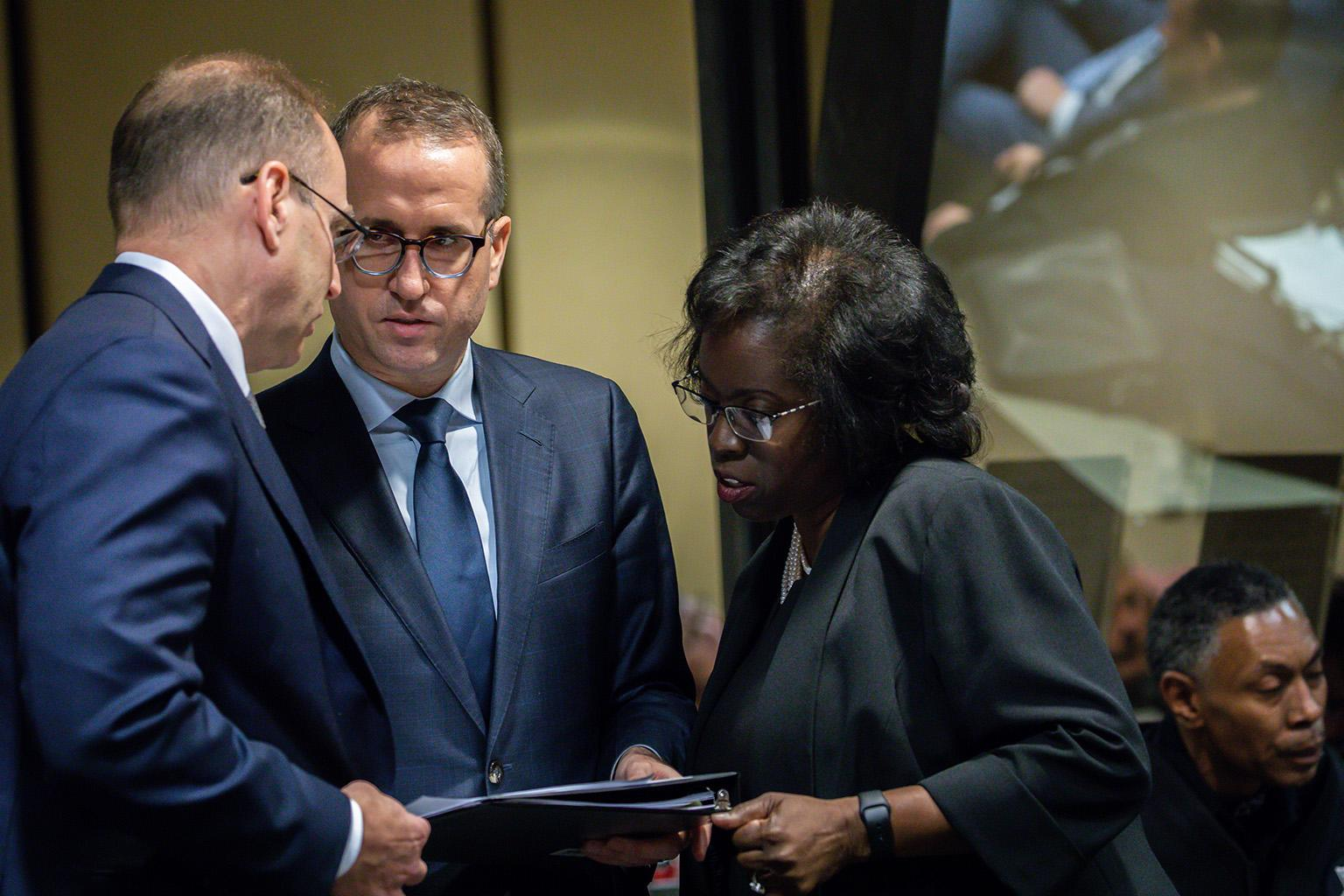 Special prosecutor Patricia Brown Holmes, right, consults with assistant special prosecutor Ron Safer, left, and Brian Watson, center, on Thursday, Dec. 6, 2018. (Zbigniew Bzdak / Chicago Tribune / Pool)