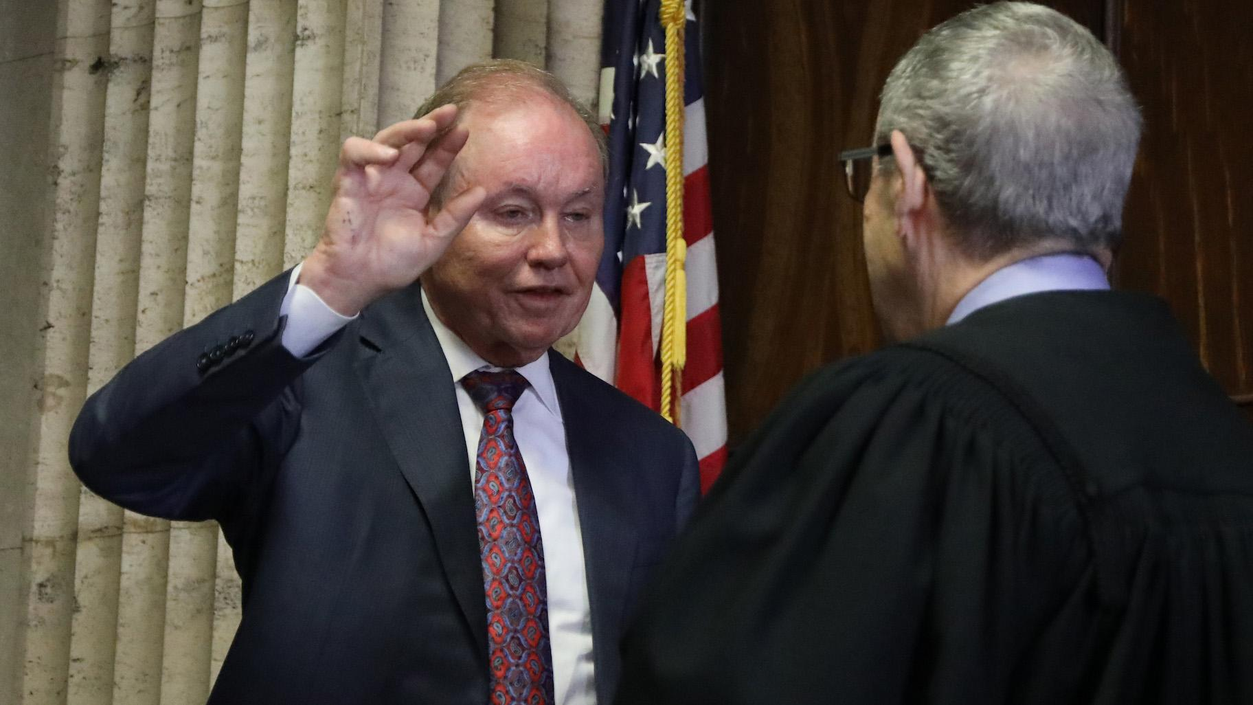 Former U.S. Attorney Dan Webb takes the oath of special prosecutor before Judge Michael Toomin during a status hearing concerning actor Jussie Smollett at the Leighton Criminal Court building, Friday, Aug. 23, 2019. (Antonio Perez / Pool / Chicago Tribune)