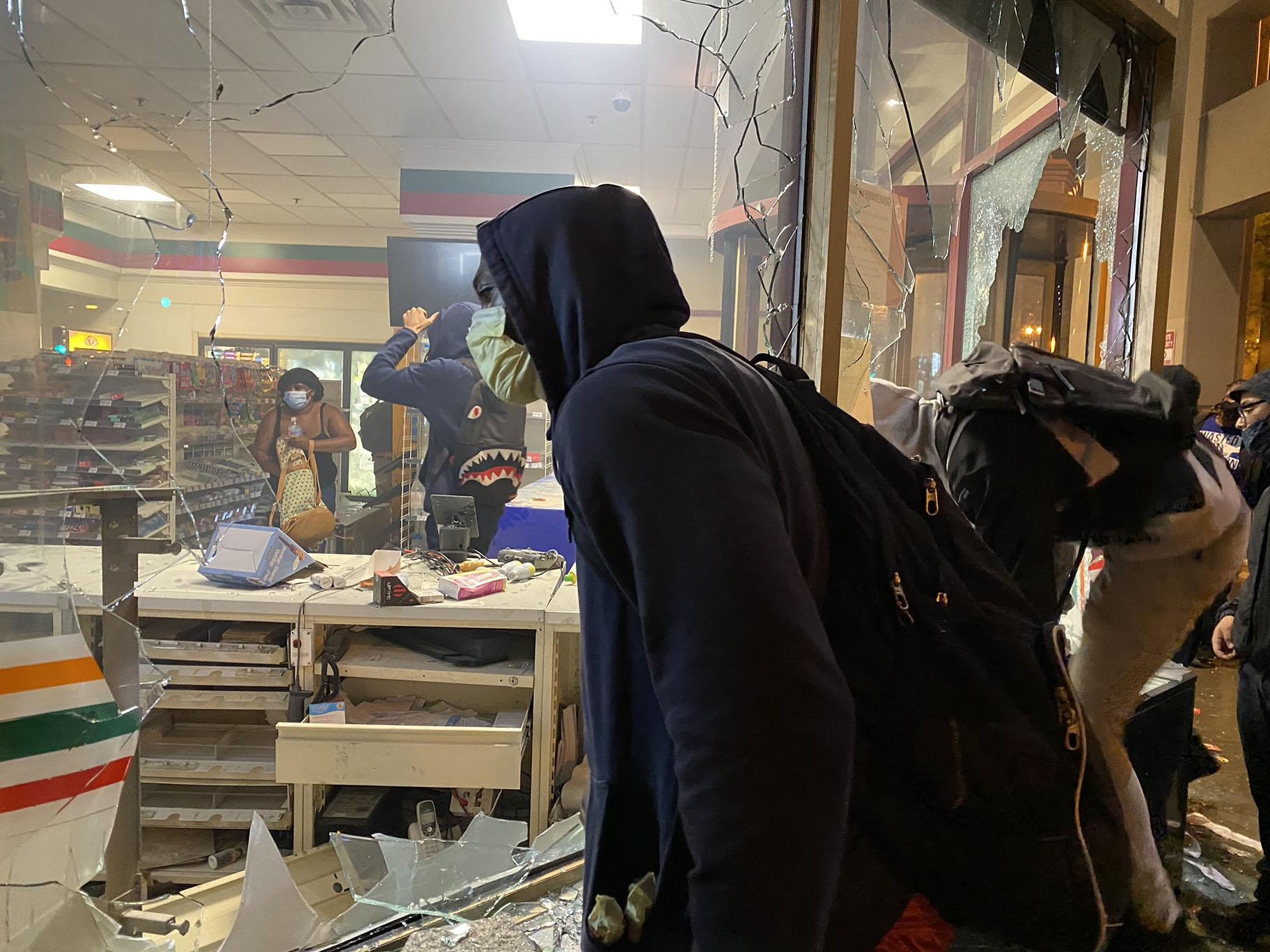 Protests on Saturday turned violent as some looters smashed store windows and stole merchandise. (Hugo Balta / WTTW News)