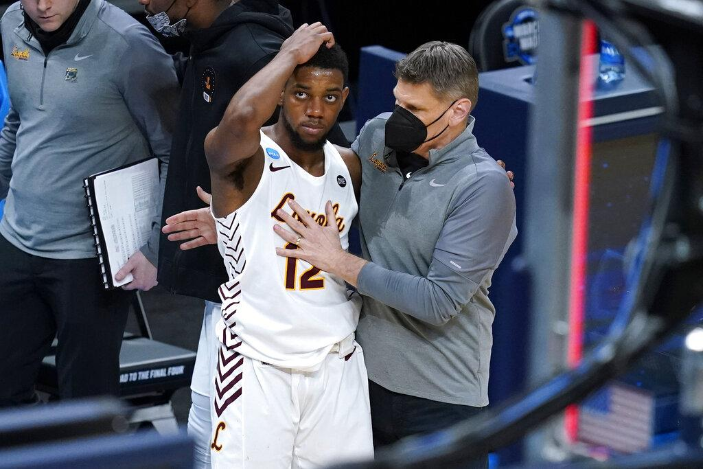Loyola Chicago head coach Porter Moser, right, consoles guard Marquise Kennedy after a Sweet 16 game against Oregon State in the NCAA men's college basketball tournament at Bankers Life Fieldhouse, Saturday, March 27, 2021, in Indianapolis. Oregon State won 65-58. (AP Photo / Darron Cummings)