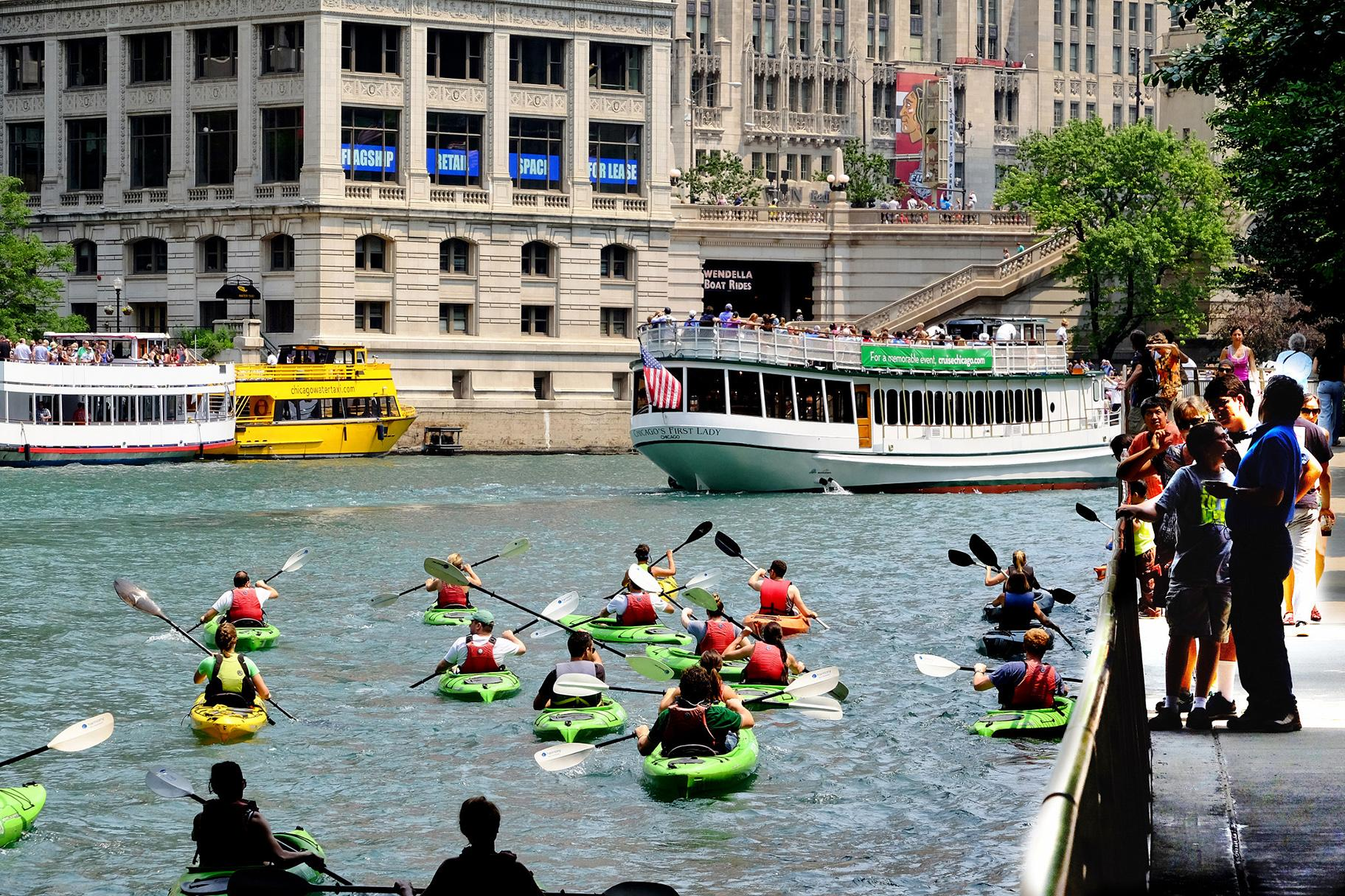 Kayakers on the Chicago River (Brian Kay / Wikimedia Commons)