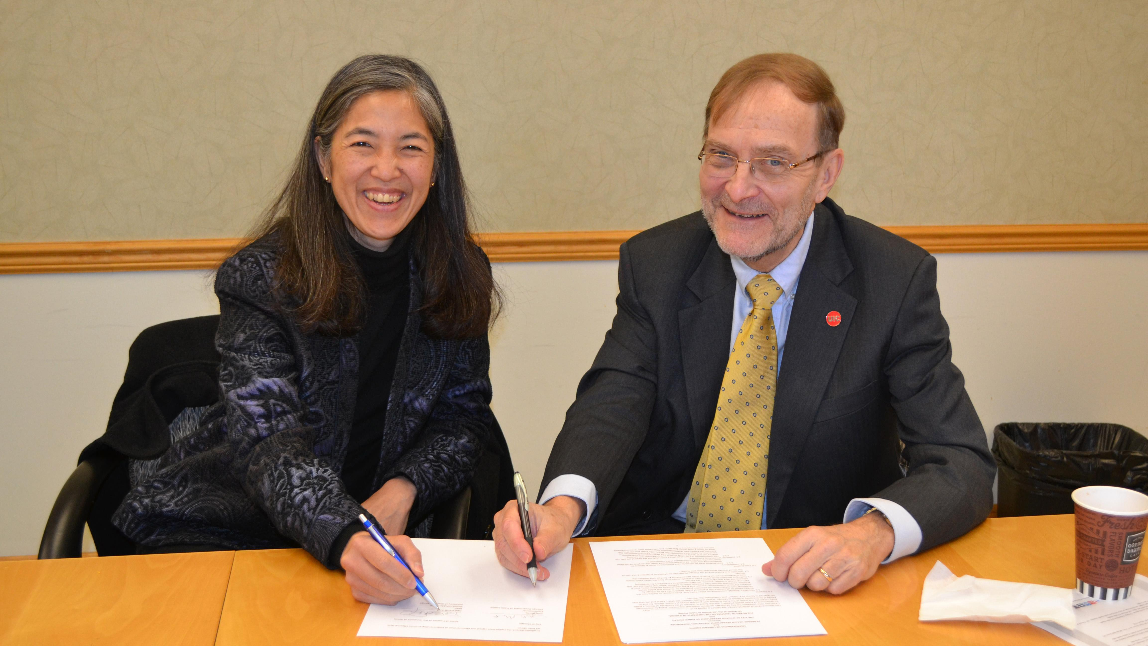Chicago Department of Public Health Commissioner Dr. Julie Morita and UIC School of Public Health Dean Dr. Paul Brandt-Rauf sign an agreement Wednesday morning formalizing a partnership. (UIC School of Public Health)
