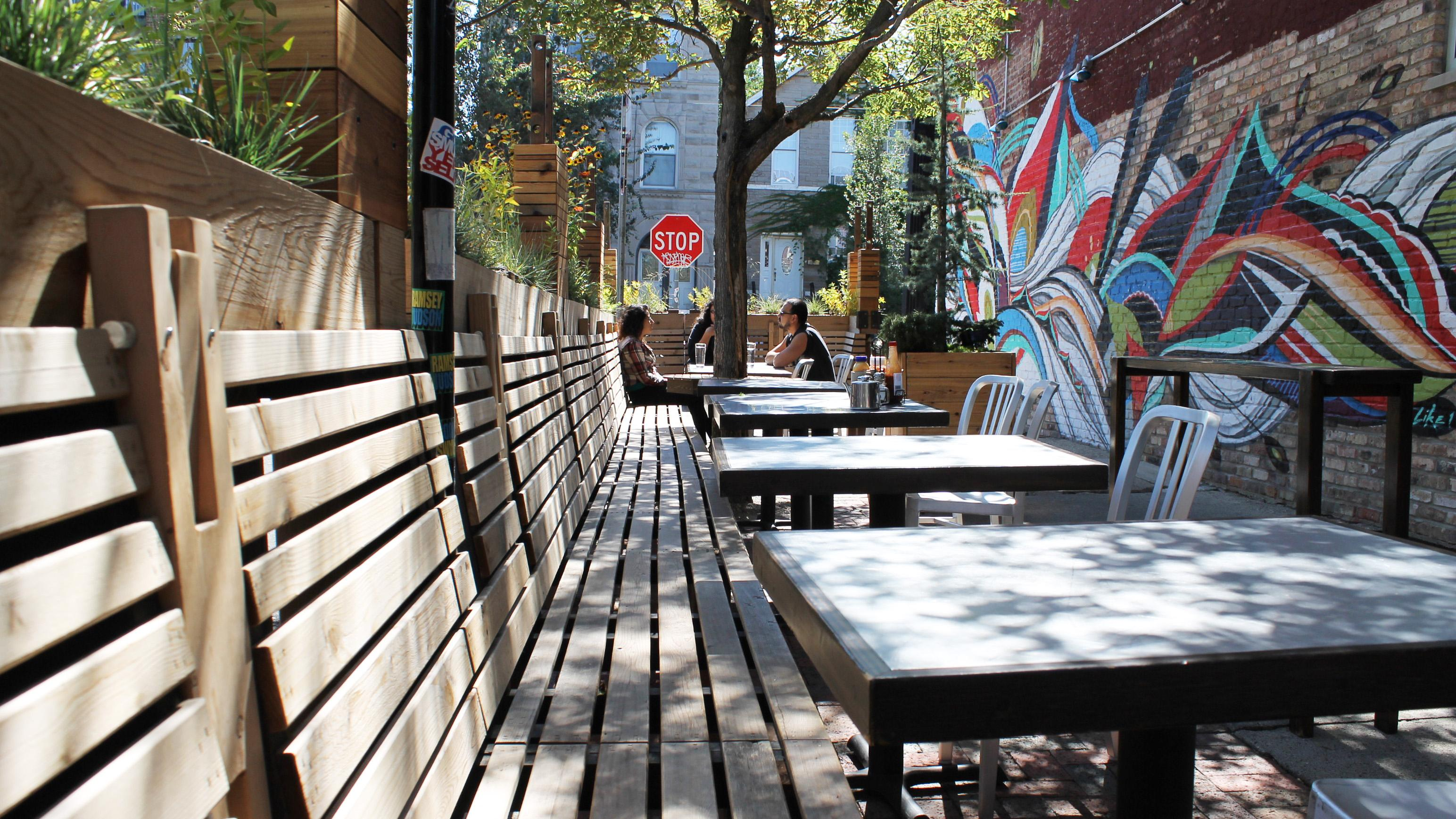 The Patio At Simoneu0027s Bar In Pilsen. (Connie Ma / Flickr)