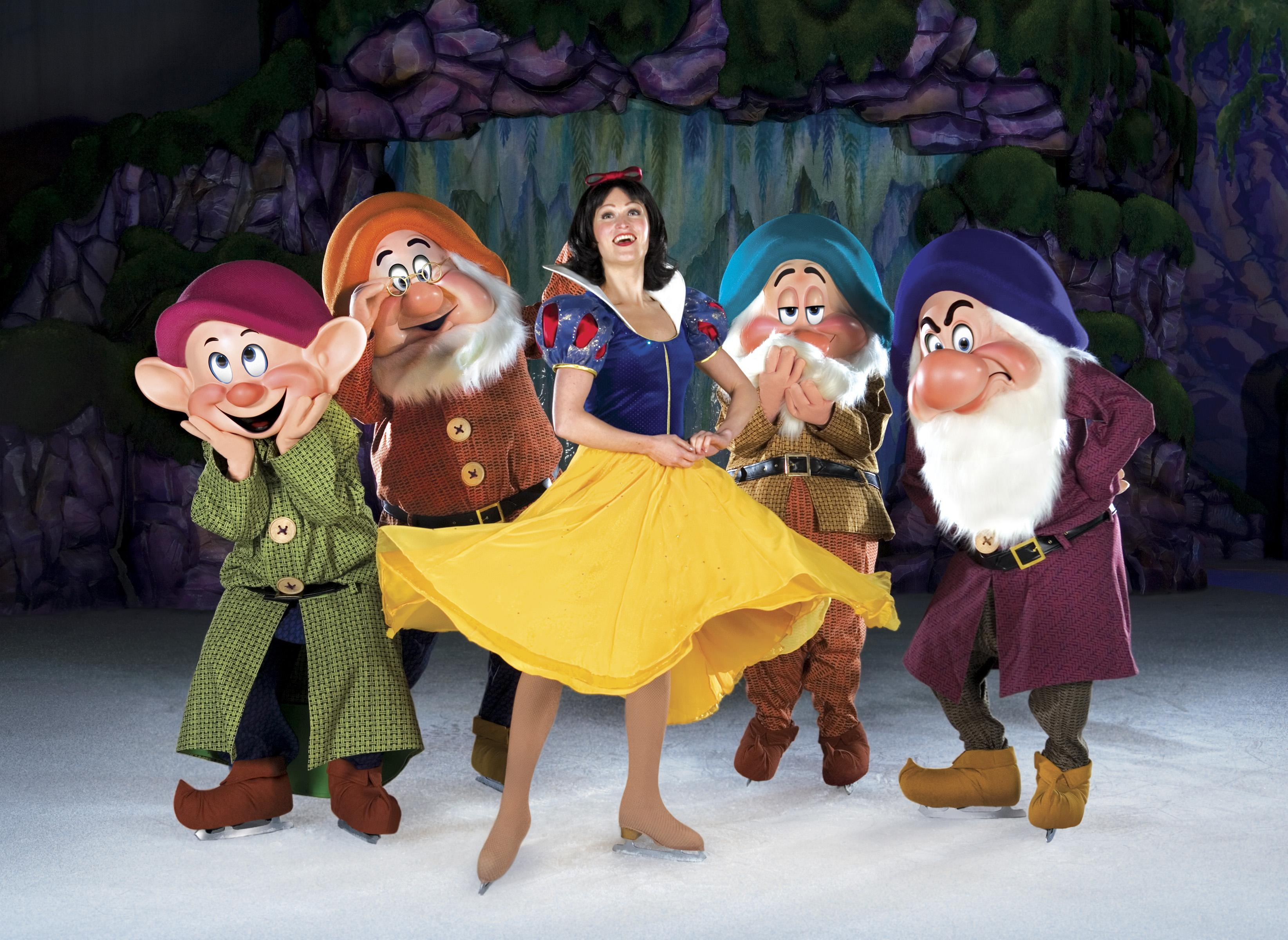See Snow White and friends on ice this weekend. (Courtesy of Feld Entertainment)