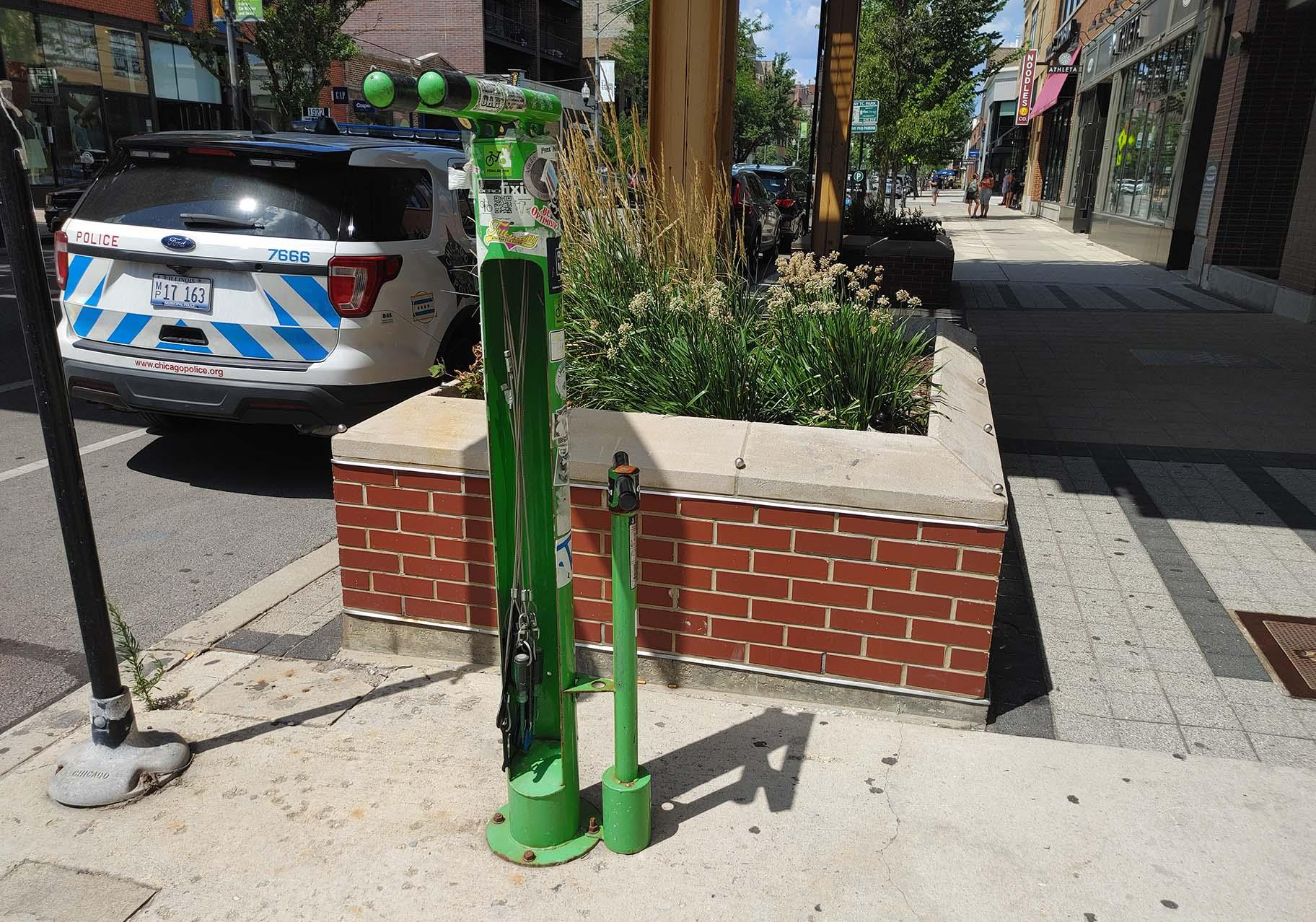 A Fixit bike repair station outside the Southport Brown Line CTA L stop. (Erica Gunderson / WTTW News)