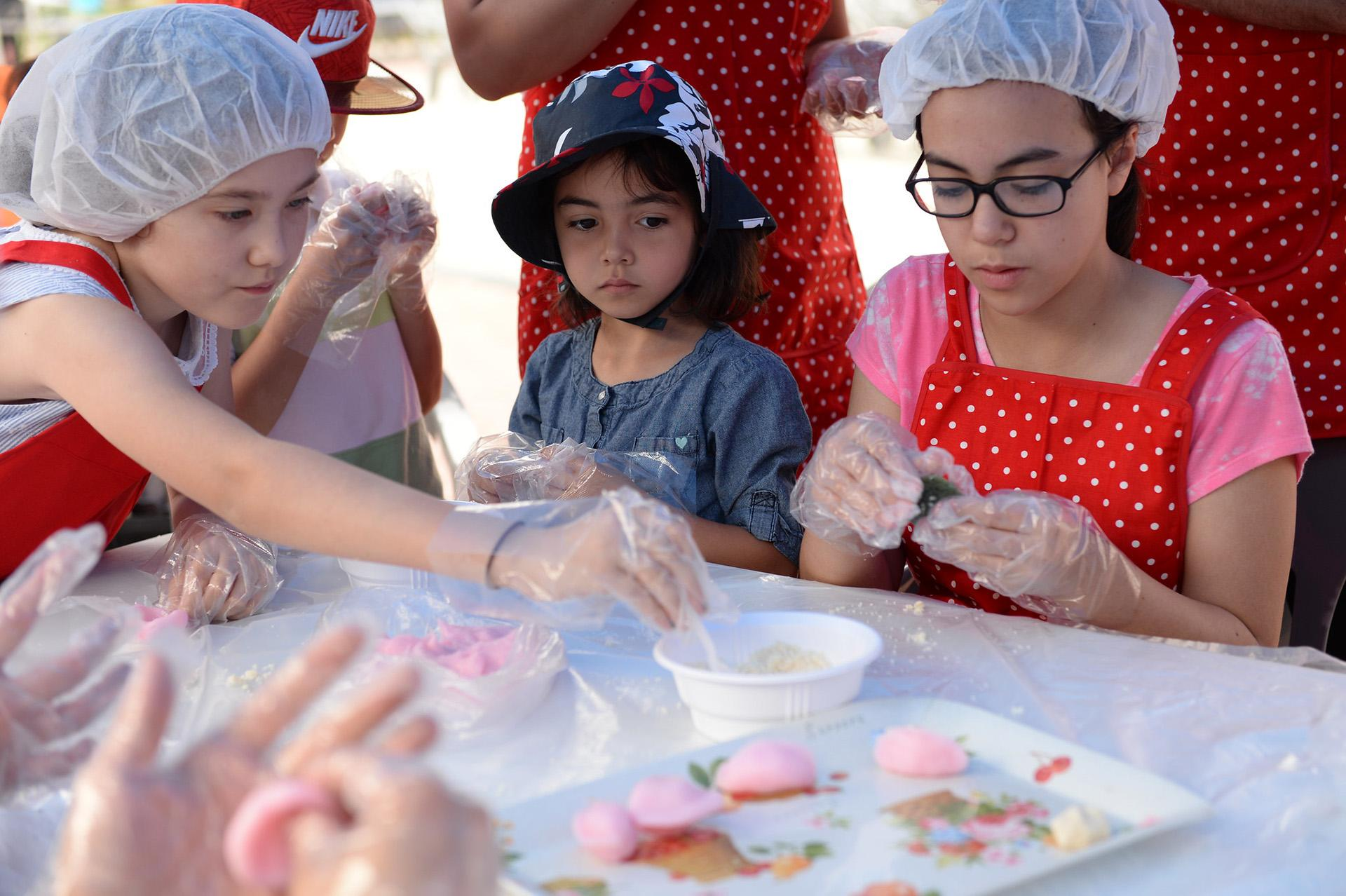 Songpyeon making for Chuseok on Sept. 10, 2016 in South Korea. (U.S. Army photo by Kim, Sung Eun)