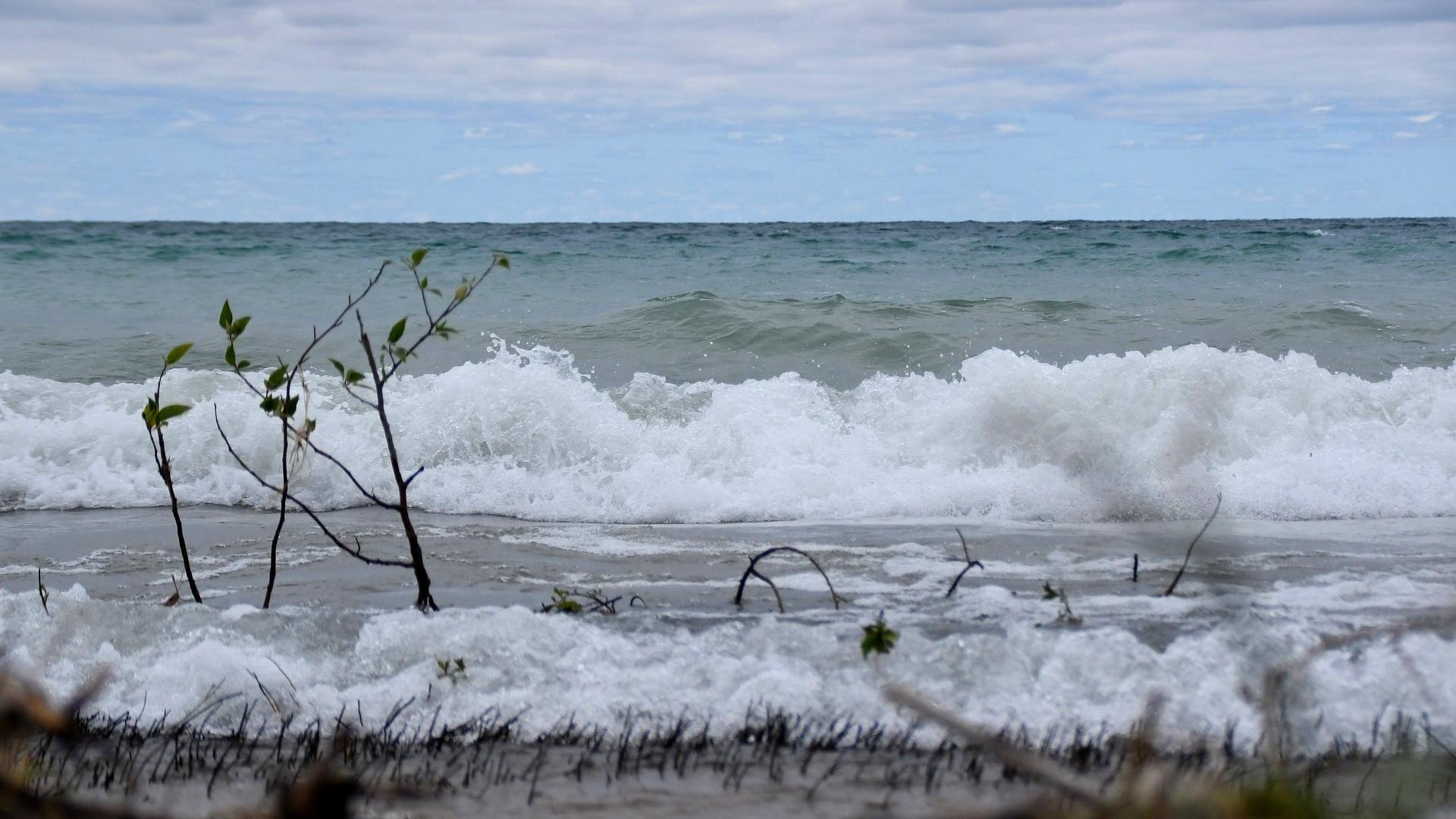 Strong winds are creating high waves along the Lake Michigan shoreline. (Nikkiwjourney / Pixabay)