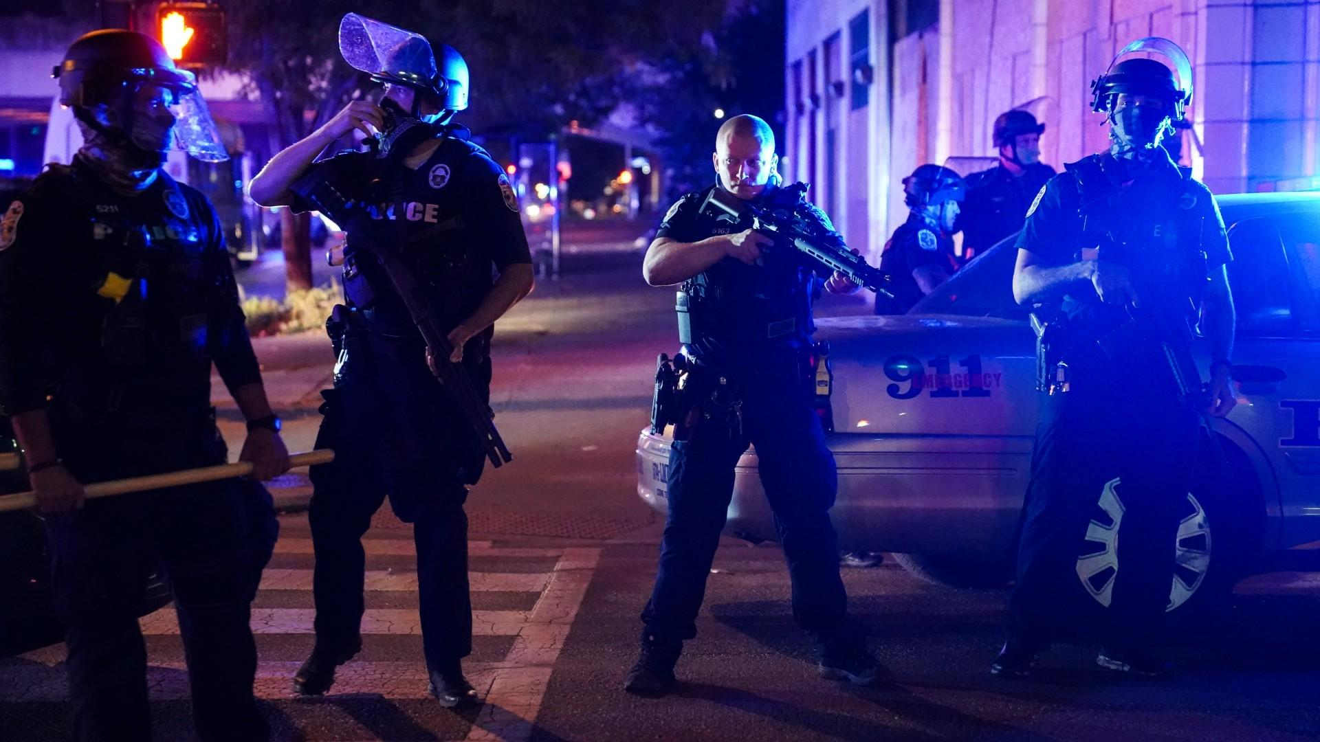 Police stand guard on the perimeter of a crime scene after a police officer was shot, Wednesday, Sept. 23, 2020, in Louisville, Ky. (AP Photo / John Minchillo, File)