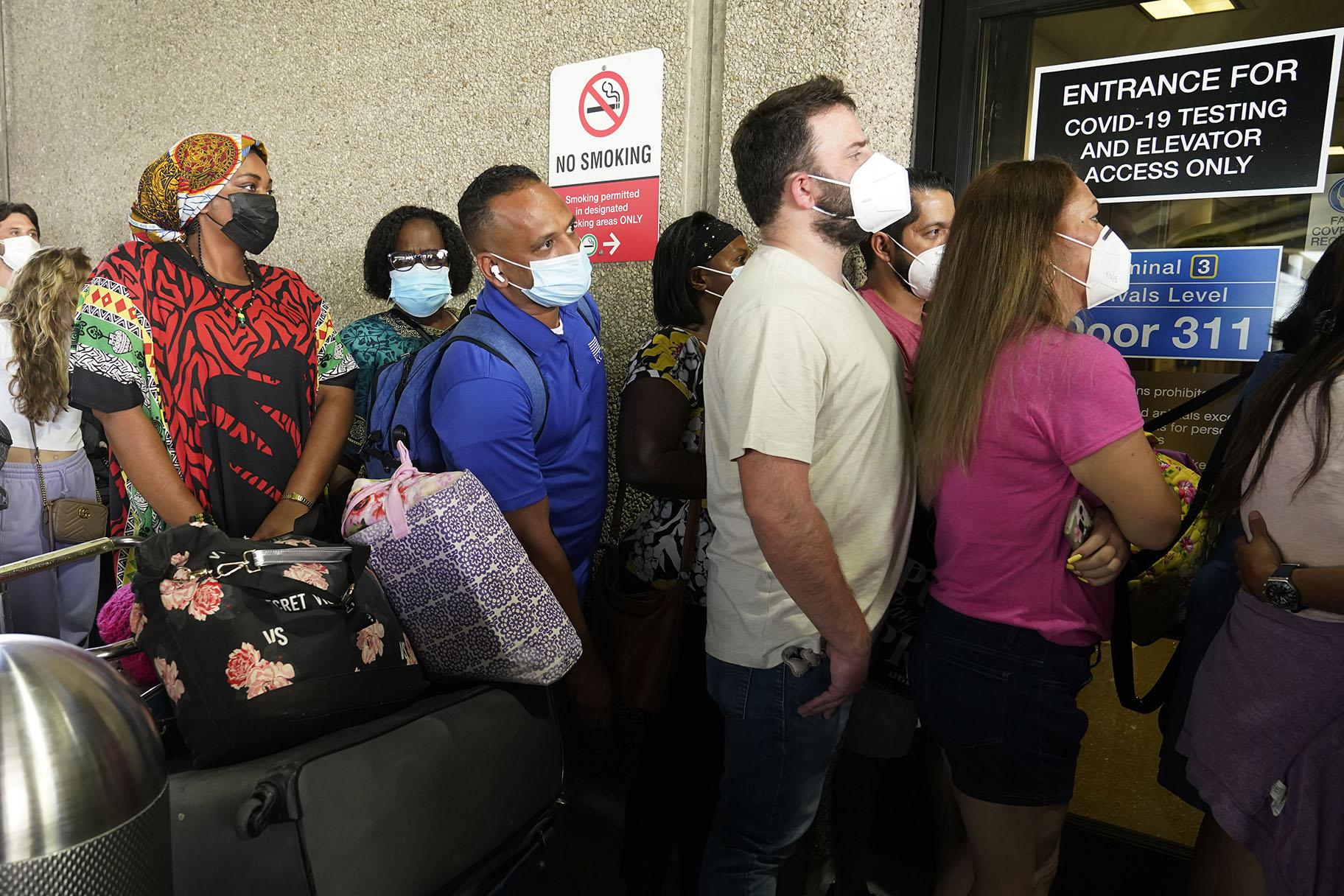 Passengers wait in a long line to get a COVID-19 test to travel overseas at Fort Lauderdale-Hollywood International Airport, Friday, Aug. 6, 2021, in Fort Lauderdale, Fla. Recent flight cancelations caused many passengers to redo their tests while others were unable to get the test locally due to long lines caused by the surge of the Delta variant. (AP Photo / Marta Lavandier)