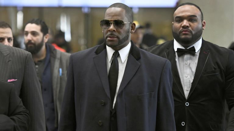 In this May 7, 2019 file photo, Musician R. Kelly, center, arrives at the Leighton Criminal Court building for a hearing in Chicago. (AP Photo / Matt Marton, File)