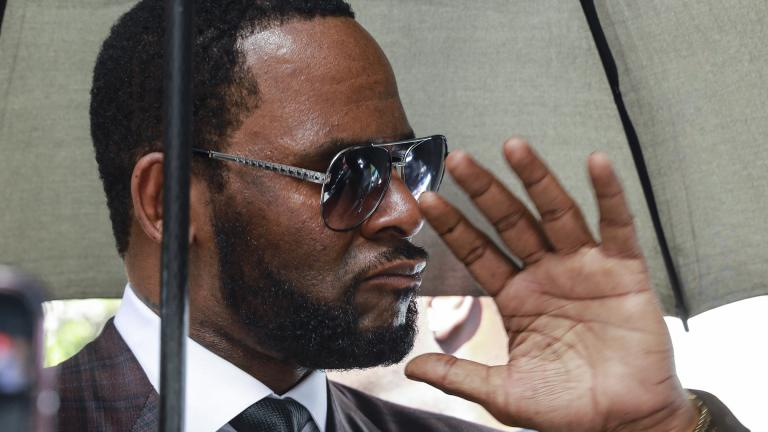 Musician R. Kelly departs from the Leighton Criminal Court building after a status hearing in his criminal sexual abuse trial Wednesday, June 26, 2019 in Chicago. (AP Photo / Amr Alfiky)