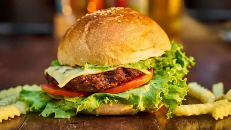 As new products come on the market, traditional beef patties are being challenged by plant-based alternatives. (Engin_Akyurt / Pixabay)
