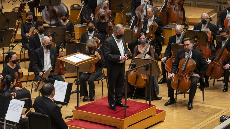 A moment of silence is observed by James Conlon and the CSO musicians in recognition of the passing of Maestro Bernard Haitink, who died on October 21, 2021. (Credit Todd Rosenberg Photography)