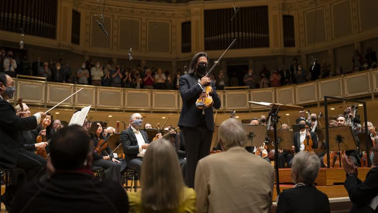 Violinist Leonidas Kavakos acknowledges the audience following his performance with Riccardo Muti and the CSO, September 30, 2021. (Credit Todd Rosenberg Photography)