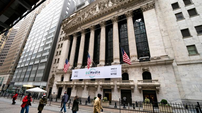 Pedestrians pass the New York Stock Exchange, Wednesday, Jan. 27, 2021, in New York. (AP Photo / John Minchillo)