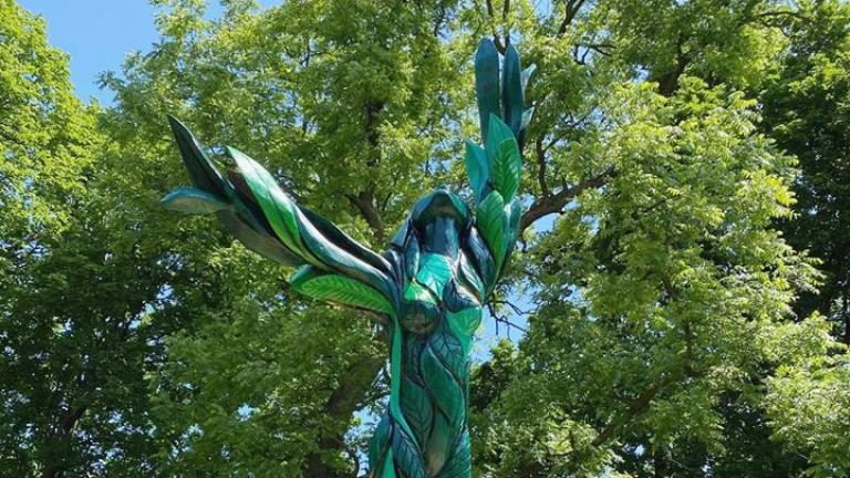 """Green Lady"" in Jackson Park is the latest sculpture to breathe new life into one of Chicago's dead ash trees. (Chicago Sculpture International)"