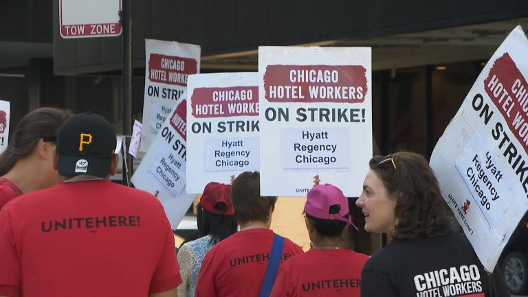 Workers picket in front of the Hyatt Regency Chicago on Monday, Sept. 17, 2018. (Chicago Tonight)