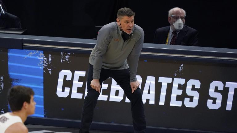 Loyola Chicago head coach Porter Moser watches from the bench during the first half of a Sweet 16 game against Oregon State in the NCAA men's college basketball tournament at Bankers Life Fieldhouse, Saturday, March 27, 2021, in Indianapolis. (AP Photo / Jeff Roberson)