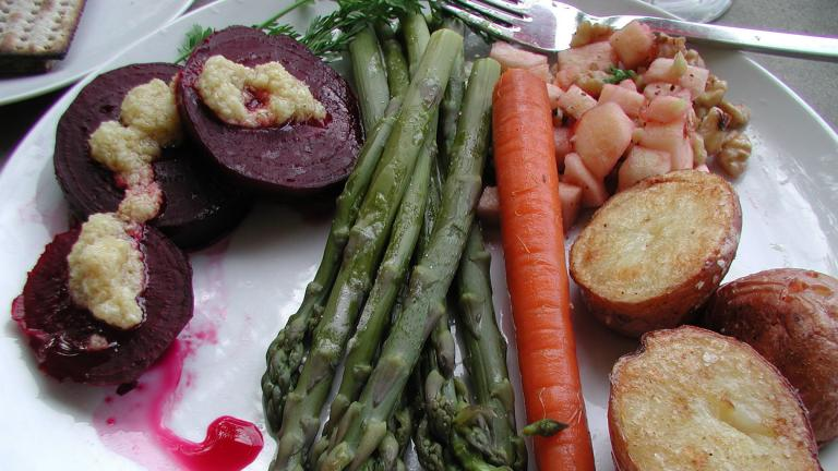 A Seder dinner service. (mollyjade / Flickr)
