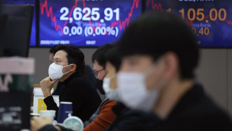 A currency trader watches monitors at the foreign exchange dealing room of the KEB Hana Bank headquarters in Seoul, South Korea, Friday, Nov. 27, 2020. (AP Photo / Ahn Young-joon)