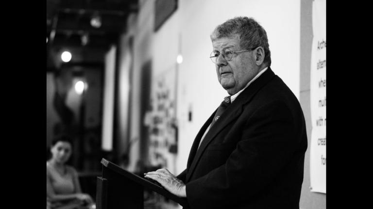 Stanley Tigerman, a Chicago architect and director of Archeworks, a school he co-founded with interior designer Eva Maddox, addresses graduates. (ChicagoEye / Flickr)