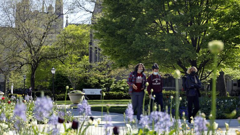 Students wearing masks make their way through the University of Chicago campus, Thursday, May 6, 2021, in Chicago. (AP Photo / Shafkat Anowar)