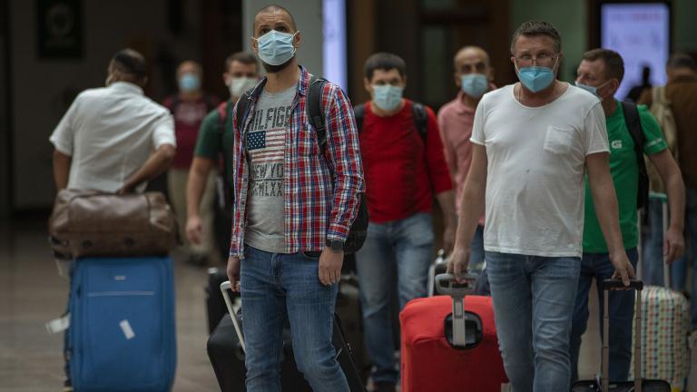 Passengers arrive at the Barcelona airport in Barcelona, Spain, Tuesday, June 30, 2020. (AP Photo / Emilio Morenatti)