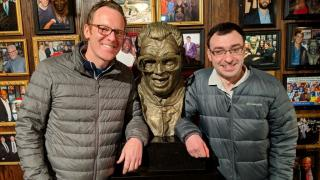 Cubs and White Sox broadcasters Len Kasper (left) and Jason Benetti recently had a meeting of the minds at Harry Caray's restaurant. (@LenKasper / Twitter)