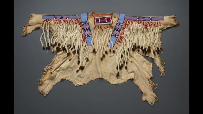 Celebration shirt (baleiíttaashtee) also known as a war shirt. (Field Museum photo by John Weinstein)