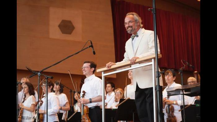 Music director Carlos Kalmar leads the Grant Park Orchestra in 2019. (Courtesy of the Grant Park Music Festival)