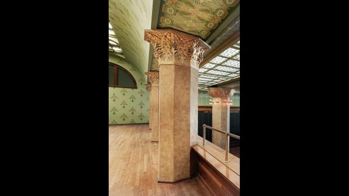 Vinci used 19th century plastering technique to re-create the Trading Room's faux marble columns.