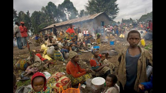 Thousands of Congolese people who fled the village of Sake rest along the way to Goma in the east of the Democratic Republic of Congo, Dec. 12, 2007. (Lynsey Addario / New York Times)