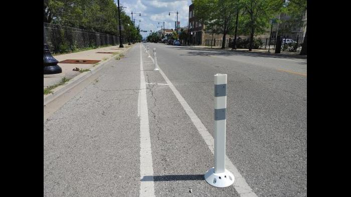 Bike lane barriers in Portage Park. (Erica Gunderson / WTTW News)