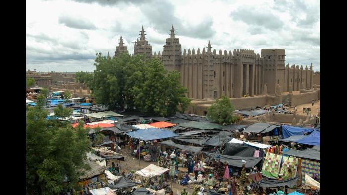 The great mosque of Jenne and the Monday great market, August 2013. Photograph by Hamdia Traore