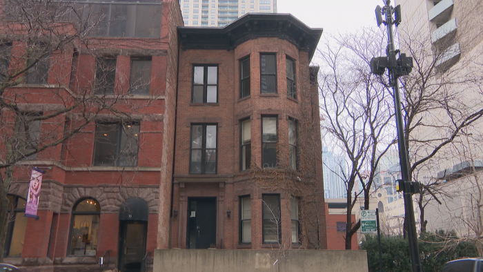 This brick building at 14 W. Erie St. is in the Italianate style. (Felix Mendez / WTTW News)