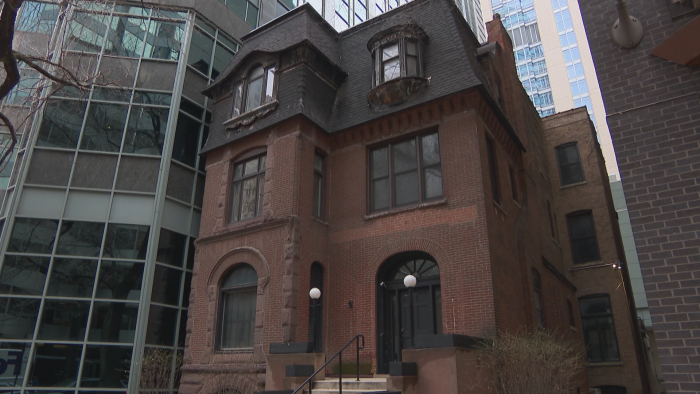 The building at 212 E. Ontario St. is a mix of Queen Anne and Romanesque styles. (Felix Mendez / WTTW News)