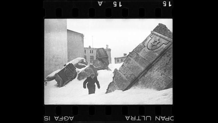 The ruins of a synagogue on Wolborska Street demolished by Germans in 1939, 1940. (Courtesy of the Art Gallery of Ontario, Gift of the Archive of Modern Conflict)