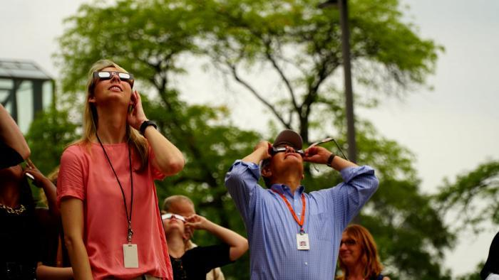 Phil Ponce watches the eclipse. (Alexandra Silets / Chicago Tonight)