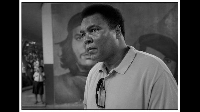 Ali stands in front of a Che Guevara mural. (© David Turnley)